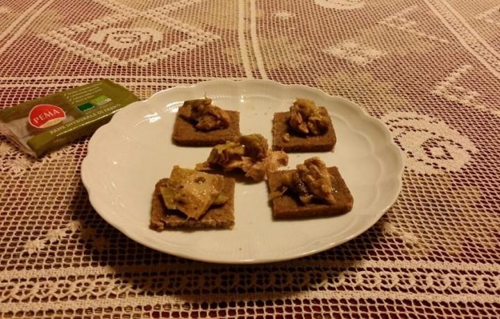 Crostini di pane integrale di farro Pema con tonno e carciofi