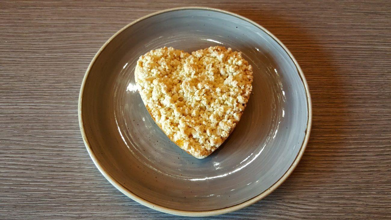 Sbriciolata cuore alla marmellata di albicocche