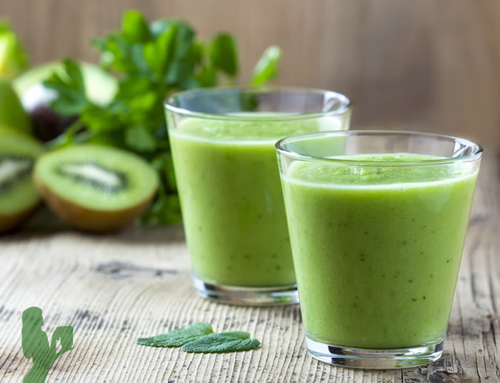 Green smoothie kiwi mela avocado e zenzero