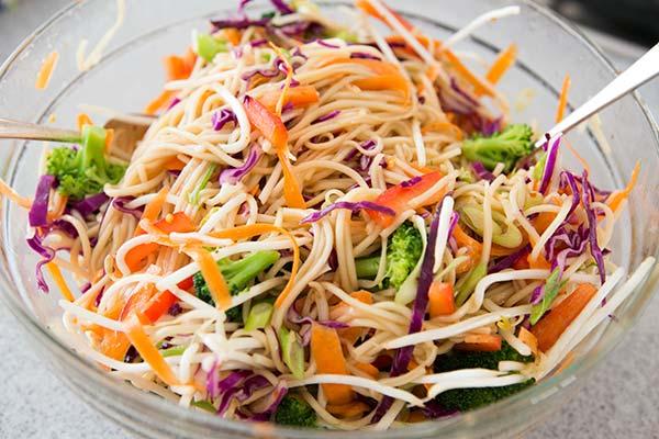 Insalata di spaghetti di riso con verdure
