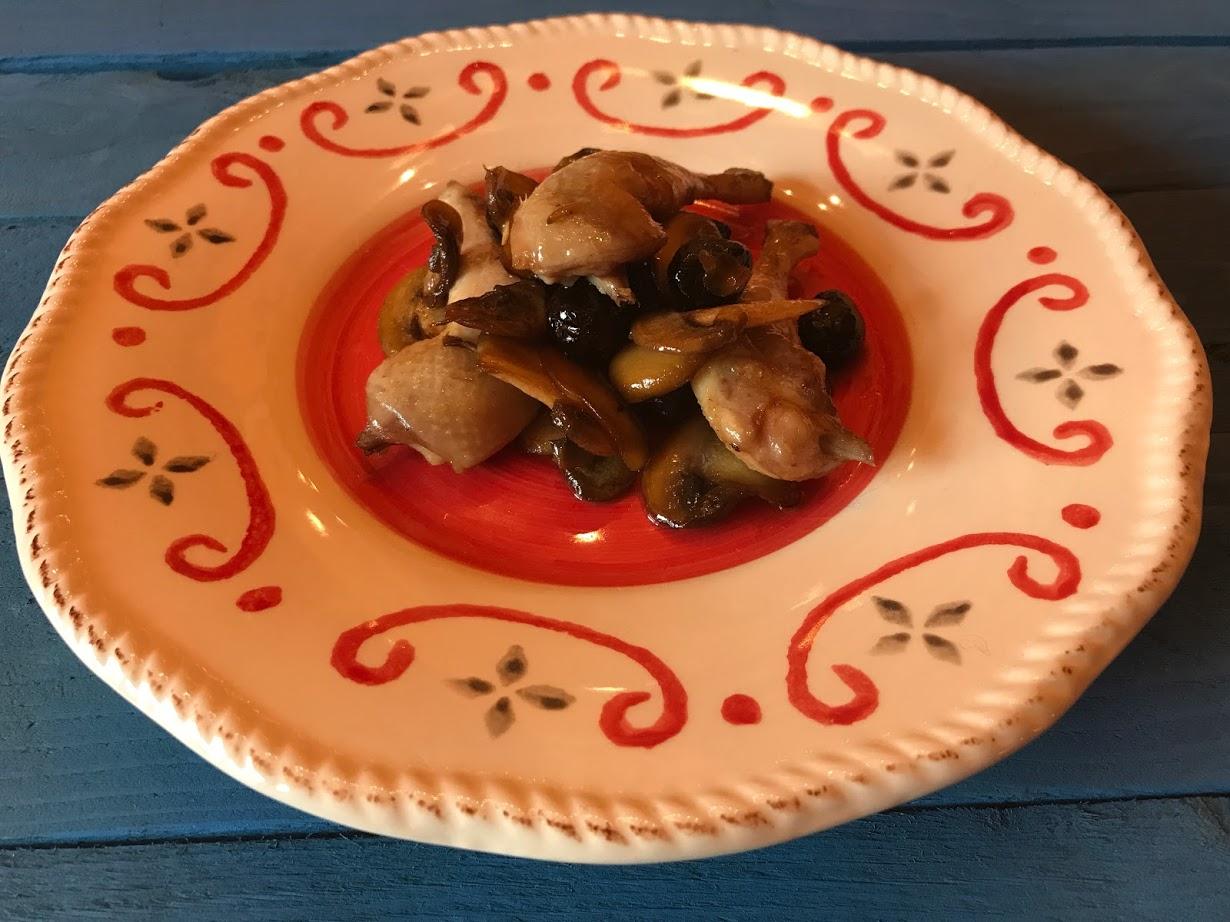 Coscette di quaglia ai funghi champignon e olive nere