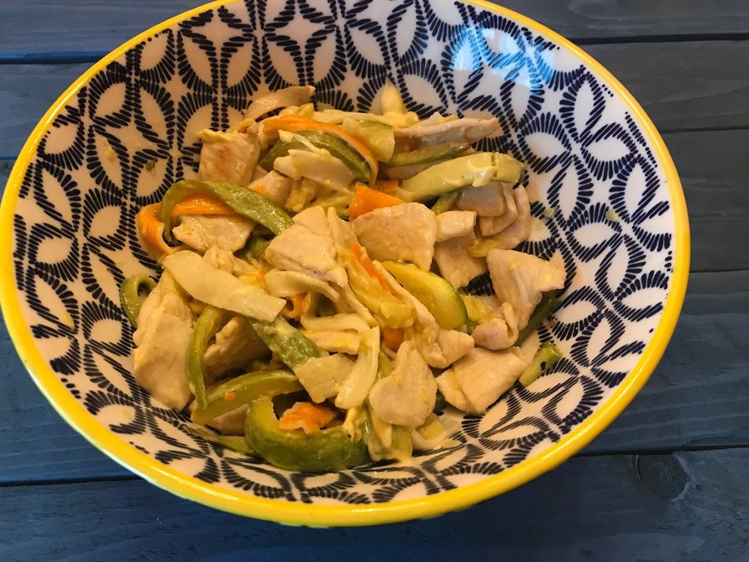 Insalata di pollo zucchine croccanti surimi e mayonese all'olio di oliva e limone di Sicilia e pane croccante