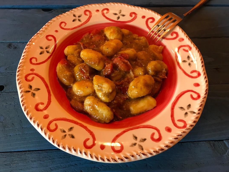 Gnocchi di patate con pomodorini e pesto