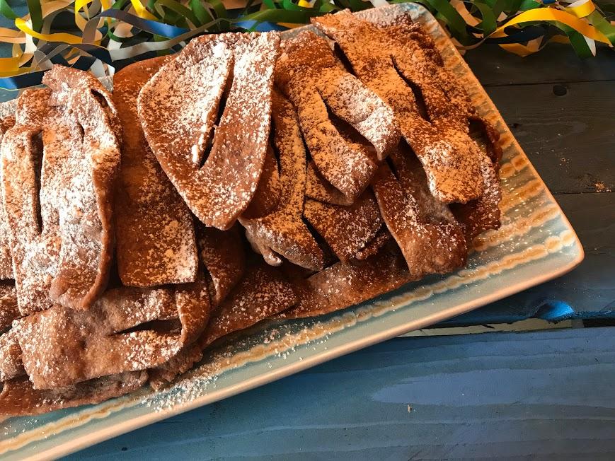 Chiacchiere di carnevale al cacao zuccherato